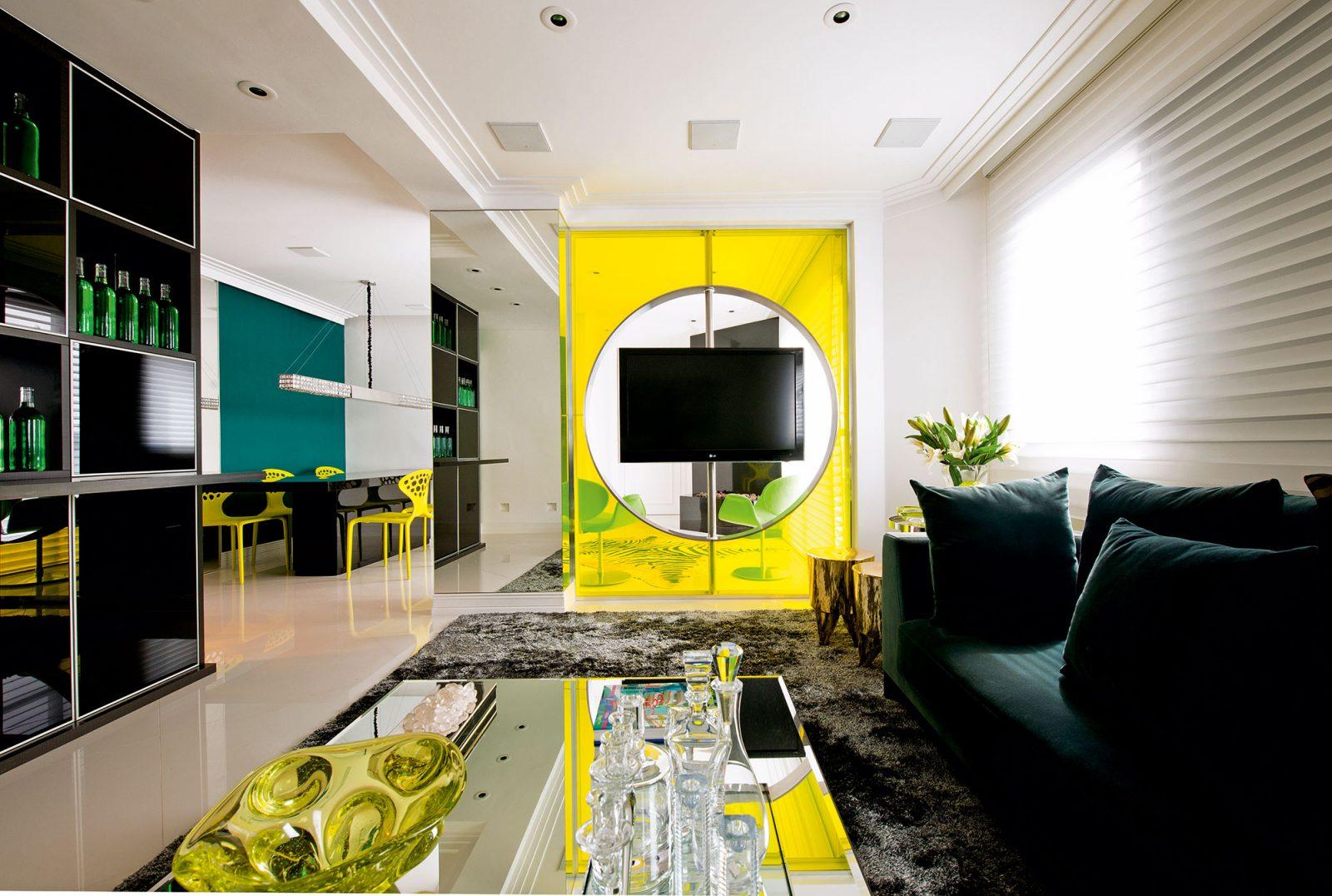 Salón con separación y sillas amarillas